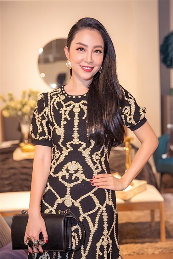 Diễn viên múa Linh Nga hiếm hoi đi event và chọn set đồ hàng hiệu tôn sắc vóc.