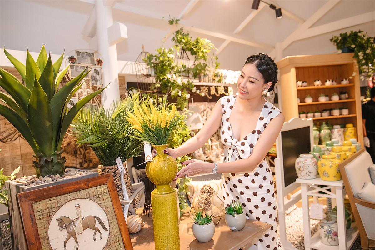 Hoa hậu Việt Nam 1992 chiêm ngưỡng và lựa chọn nhiều món đồ mới trang trí cho biệt thự nhân dịp Giáng sinh sắp đến.
