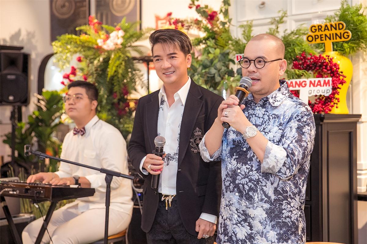 Ca sĩ Đàm Vĩnh Hưng (giữa) tất bật lịch diễn vẫn đến ủng hộ doanh nhân Dương Quốc Nam (phải).