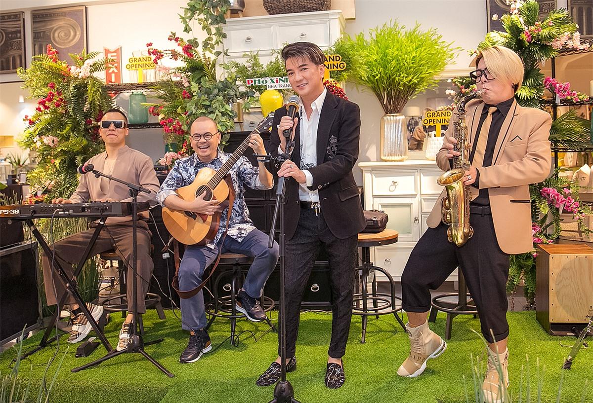 Vũ Hà, Đàm Vĩnh Hưng, doanh nhân Dương Quốc Nam, Vũ Khắc Tiệp (từ phải qua) góp vui bằng một ca khúc, giúp không khí sự kiện thêm sôi động.