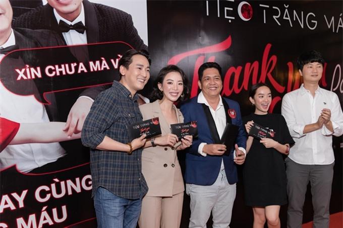 Tối 28/11, các diễn viên Hứa Vĩ Văn, Thu Trang, Đức Thịnh và Kaity Nguyễn (từ trái qua) hội ngộ trong buổi tiệc mừng thành công của phim Tiệc trăng máu tại một nhà hàng ở TP HCM. Vì bận quay phim truyền hình, hai diễn viên chính khác của phim là vua phòng vé Thái Hòa và NSƯT Hồng Ánh vắng mặt. Còn diễn viên Kiều Minh Tuấn đến buổi tiệc muộn hơn.