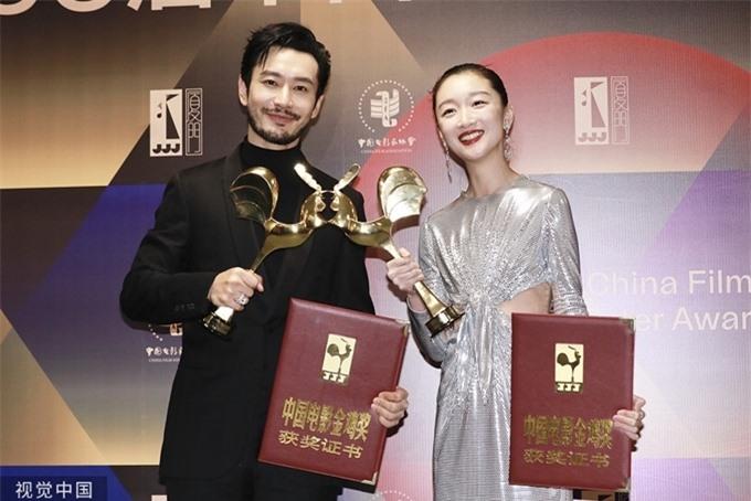 Tối 28/11, Huỳnh Hiểu Minh và Châu Đông Vũ chia sẻ hai giải thưởng cá nhân cao nhất tại đêm bế mạc giải thưởng điện ảnh Kim Kê lần thứ 33 tại Hạ Môn, Phúc Kiến. Trước đó vào tháng 9, bộ đôi cũng từng thắng giải ảnh đế và ảnh hậu tại giải thưởng điện ảnh Bách Hoa.