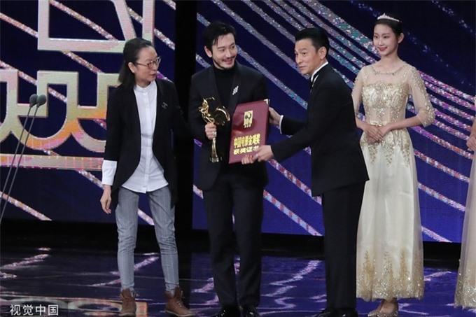 Thiên vương Lưu Đức Hoa trao giải Nam chính xuất sắc cho Huỳnh Hiểu Minh.