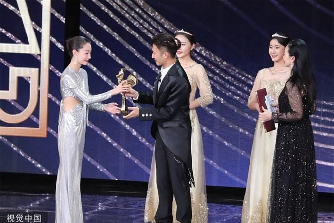 Châu Đông Vũ hạnh phúc nhận cúp Nữ chính xuất sắc từ ca sĩ - diễn viên Tạ Đình Phong.