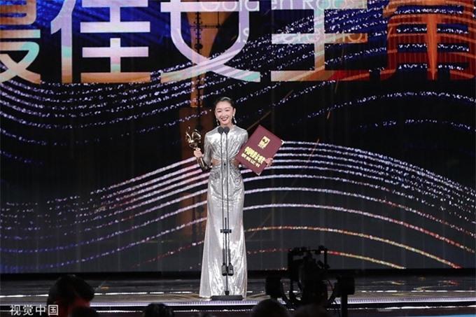 2020 là năm bội thu giải thưởng của ngôi sao 28 tuổi, nhờ diễn xuất ấn tượng trong phim tâm lý về đề tài bạo lực học đường Em của thời niên thiếu. Trước Kim Kê, Châu Đông Vũ từng đăng quang ảnh hậu tại Giải thưởng điện ảnh châu Á, Giải thưởng Kim Tượng, Giải thưởng Bách Hoa, LHP quốc tế Macao và một số giải thưởng lớn khác. Phim Em của thời niên thiếu mới đây cũng được chọn đại diện điện ảnh Hong Kong tranh giải Phim nói tiếng nước ngoài xuất sắc tại Oscar 2021.