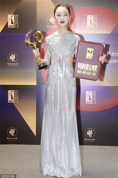 Từ khi được đạo diễn Trương Nghệ Mưu phát hiện và chọn đóng chính phim Chuyện tình cây táo gai khi 18 tuổi, Châu Đông Vũ luôn được đánh giá cao về diễn xuất.