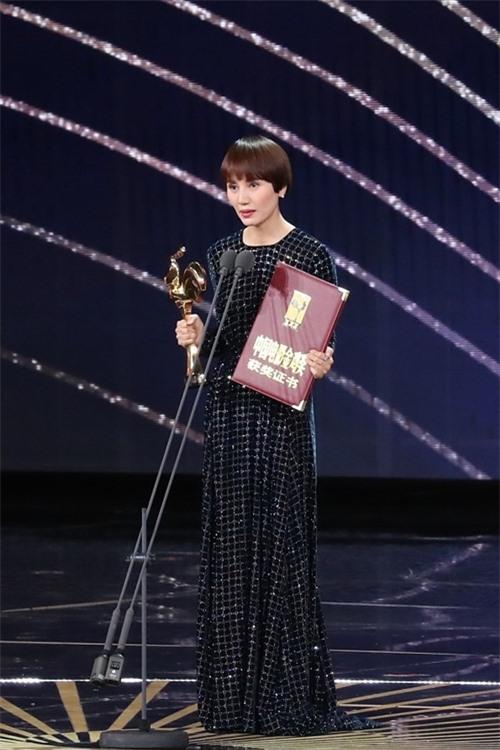 Diễn viên Viên Tuyền được xướng tên cho giải Nữ diễn viên phụ xuất sắc - phim Cơ trưởng Trung Quốc.