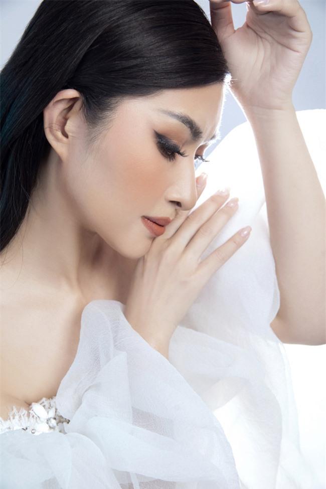 Nguyễn Hồng Nhung mong manh trong sắc trắng, tiết lộ về liveshow tiền tỷ - Ảnh 1.