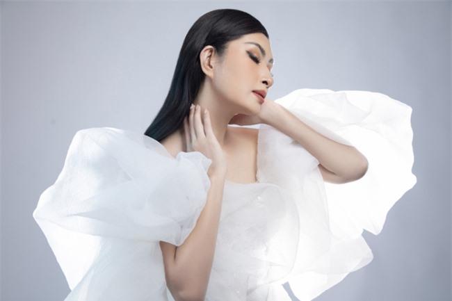 Nguyễn Hồng Nhung mong manh trong sắc trắng, tiết lộ về liveshow tiền tỷ - Ảnh 4.