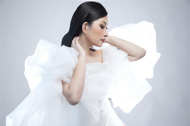 Nguyễn Hồng Nhung mong manh trong sắc trắng, tiết lộ về liveshow tiền tỷ - Ảnh 6.