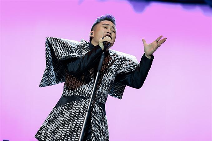 Tùng Dương thăng hoa trong đêm nhạc Con người với nhiều ca khúc gắn bó với tên tuổi của mình từ lâu và sáng tác mới trong album Human.