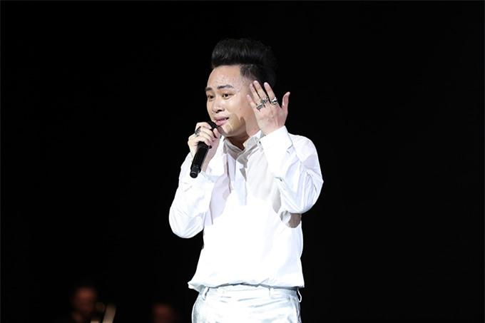 Tùng Dương khóc khi nói lời cảm ơn khán giả, gia đình và đồng nghiệp cuối chương trình.