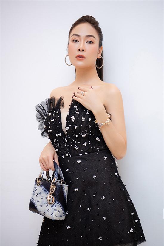 Cô là một tín đồ hàng hiệu khi sở hữu túi xách, giày dép, trang sức của nhiều thương hiệu đắt đỏ như Dior, Chanel, Jimmy Choo...