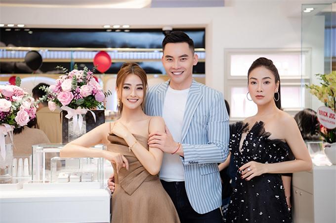Tham dự sự kiện cùng Tuyết Nga còn có MC, người mẫu Mạnh Khang (giữa) và MC Mù Tạt.
