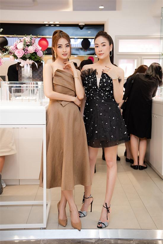 Hai người đẹp đọ sắc khi cùng lựa chọn phong cách nữ tính, điệu đà.
