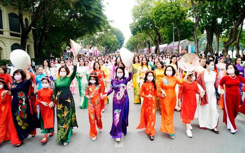 Hơn 500 phụ nữ Hà Nội đồng diễn áo dài trên Phố đi bộ Hồ Gươm