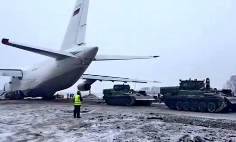 Vận tải cơ hạng nặng An-124 Ruslan được đưa khỏi đường băng nhờ các xe cứu kéo bọc thép. Ảnh: Topwar.