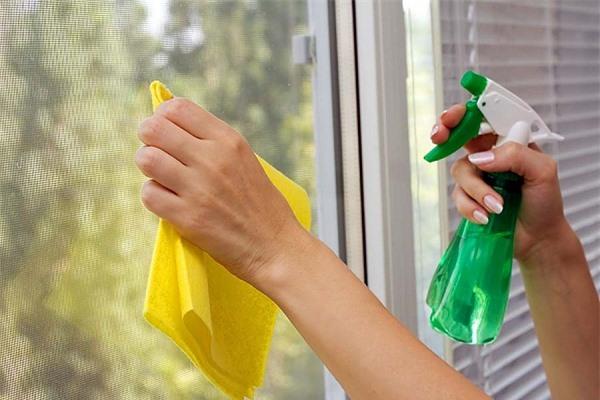 Dùng nước cốt chanh lau cửa kính