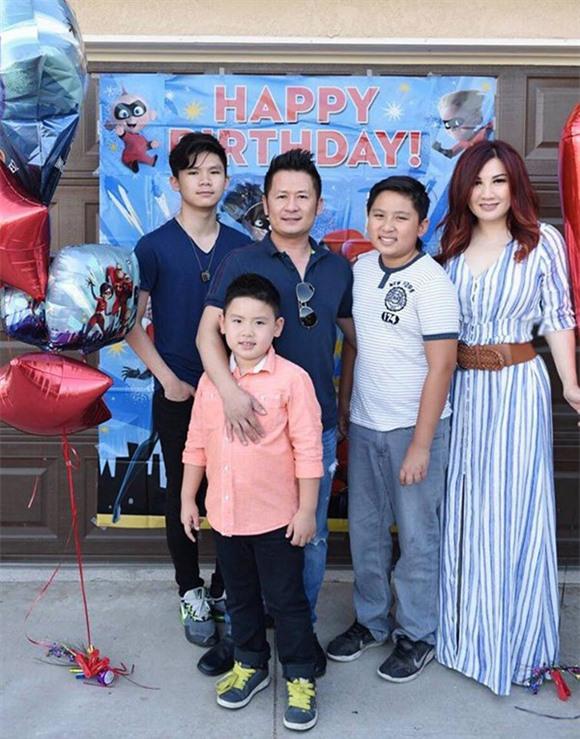 Bằng Kiều cùng vợ cũ - ca sĩ Trizzie Phương Trinh và ba con trai chung.
