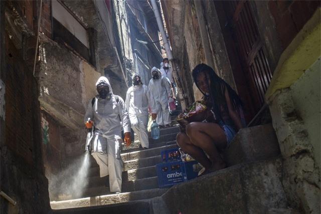 Gần 63 triệu người trên thế giới mắc COVID-19, Ấn Độ xin cấp phép sử dụng khẩn cấp vaccine - Ảnh 1.
