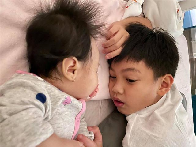 Hình ảnh Subeo bế em gái giúp mẹ Hà Hồ được chia sẻ, khoảnh khắc này nhìn cậu nhóc vô cùng đáng yêu - Ảnh 3.