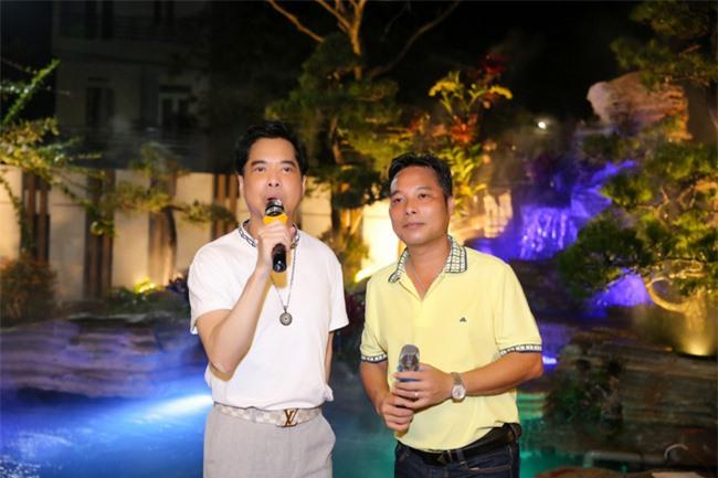 Ngọc Sơn làm sân khấu lớn trong ngôi nhà 400 tỷ, em trai giàu có Ngọc Hải xuất hiện tặng quà đắt tiền - Ảnh 1.