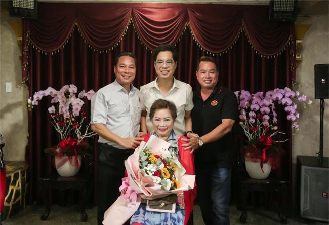 Ngọc Sơn làm sân khấu lớn trong ngôi nhà 400 tỷ, em trai giàu có Ngọc Hải xuất hiện tặng quà đắt tiền - Ảnh 5.