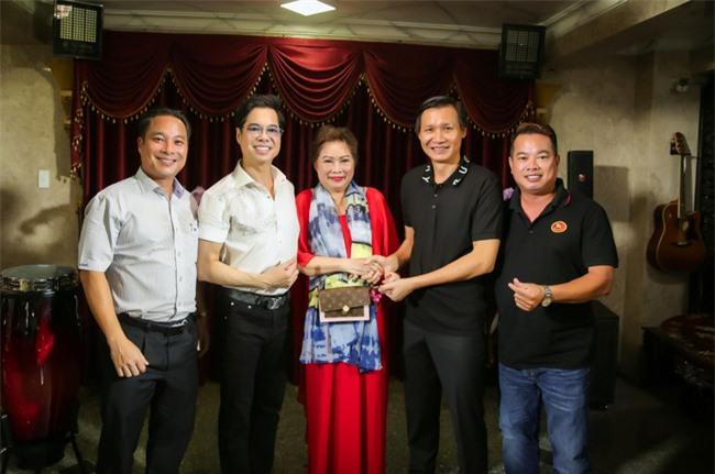 Ngọc Sơn làm sân khấu lớn trong ngôi nhà 400 tỷ, em trai giàu có Ngọc Hải xuất hiện tặng quà đắt tiền - Ảnh 6.