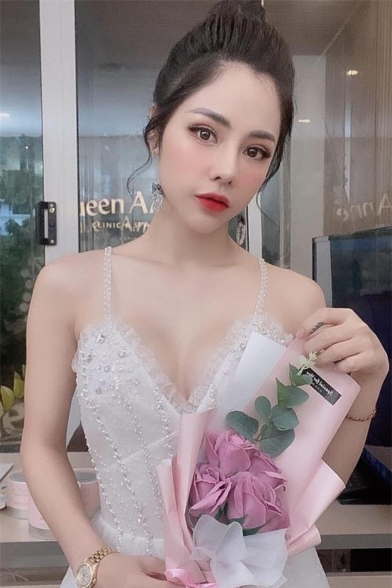 Gương mặt thon gọn, đôi mắt to tròn và lan da trắng là những lợi thế ngoại hình của bạn gái Huỳnh Anh.