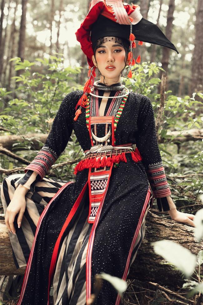 Thúy Ngân vẫn diện giày cao gót khủng dù đã sở hữu chiều cao 1m70, khoe thần thái ấn tượng giữa núi rừng - Ảnh 2.