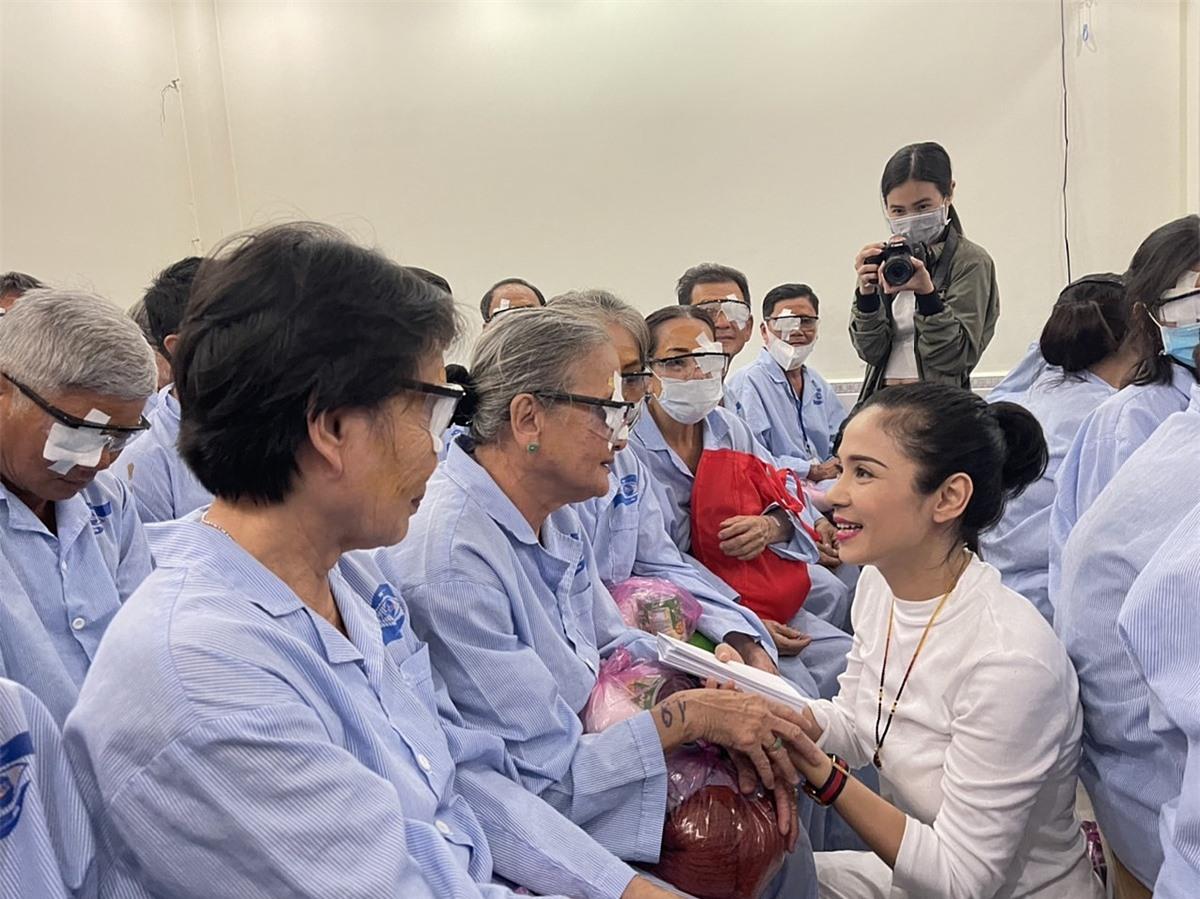 Việt Trinh hỏi thăm sức khoẻ của các bệnh nhân lớn tuổi. Cô mong họ sớm ổn định cuộc sống sau khi sáng mắt.