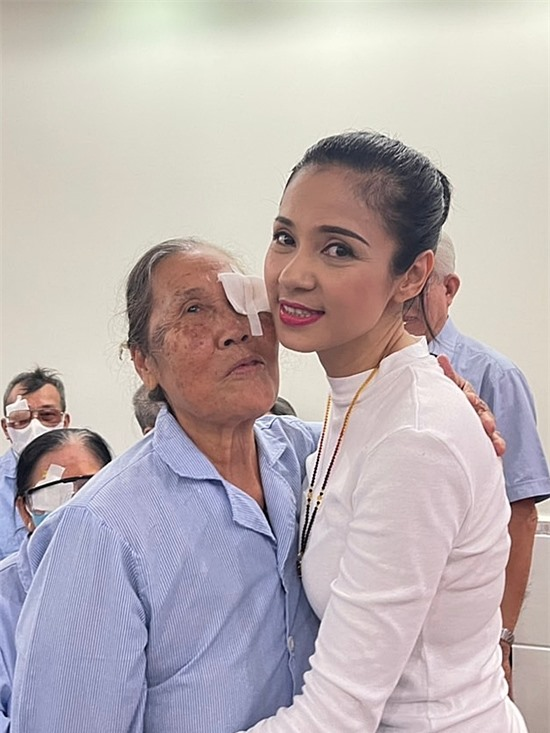 Một cụ bà ôm cám ơn tấm lòng của Việt Trinh.