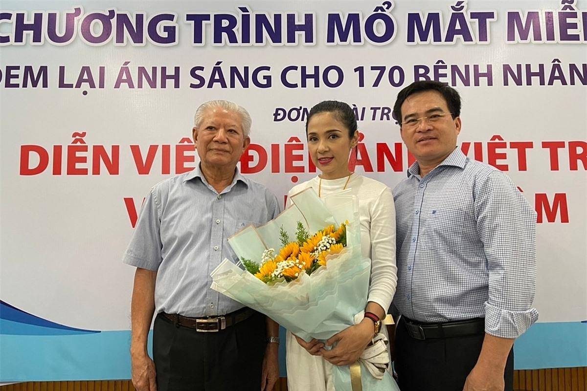 Đại diện Hội Bảo trợ bệnh nhân nghèo TP HCM tặng hoa tri ân tấm lòng của Việt Trinh.