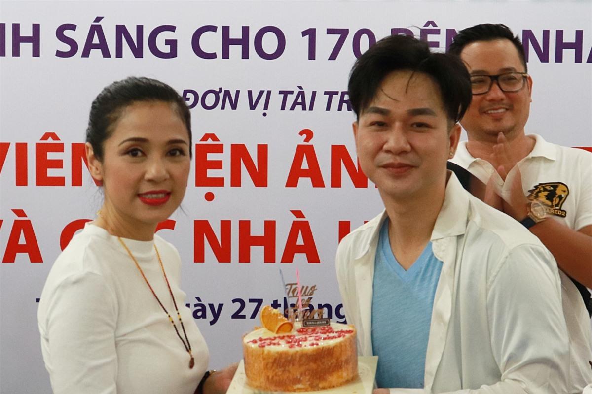 Êkíp bí mật chuẩn bị bánh kem mừng sinh nhật cho Việt Trinh.