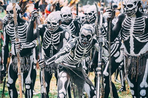 """'Rùng mình' bước vào bộ tộc kỳ lạ với những """"bộ xương"""" di động"""