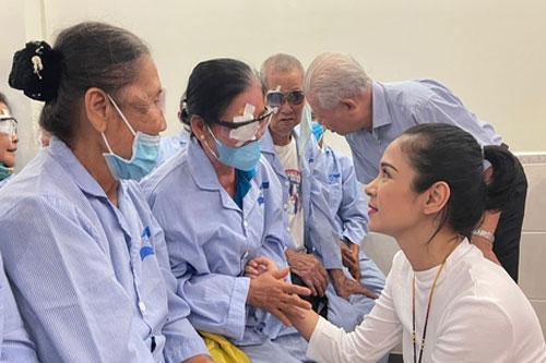 Việt Trinh giúp bệnh nhân nghèo mổ mắt