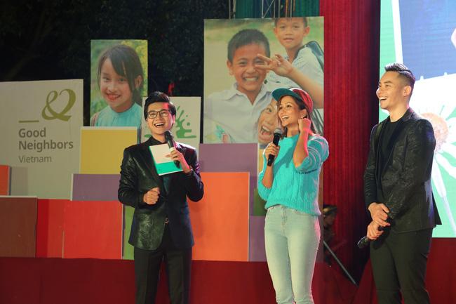 Hoa hậu H'Hen Niê cùng giao lưu với MV Công Tố và Mạnh Khang tại Hà Giang ngày 29/11.