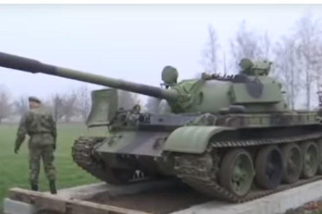 Quân đội Serbia lắp đặt chiếc xe tăng chiến đấu chủ lực T-55 để làm tượng đài. Ảnh: TASS.