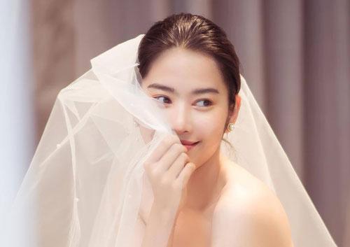 Hết khoe nhẫn ngón áp út, Nam Em tung liền ảnh thử đồ cưới: Tin đồn theo chồng về dinh là thật?