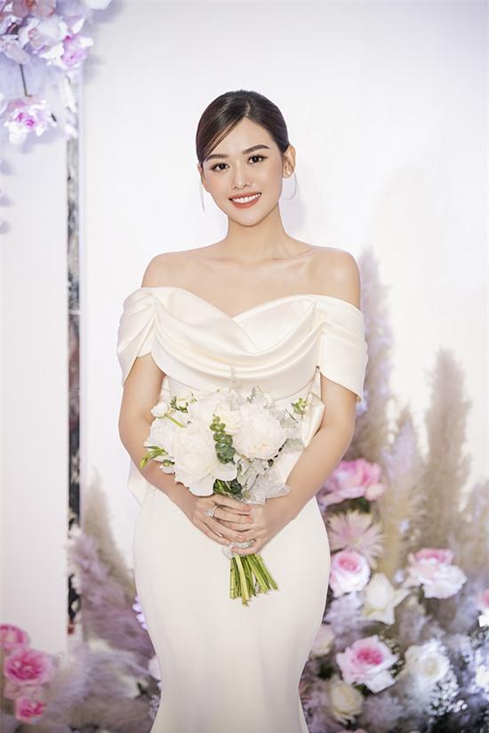 Á hậu 2 Hoa hậu Thế giới Việt Nam 2019 Tường San vừa tố chức tiệc cưới tối 30/11. Người đẹp cho biết giau74 cô và ban tổ chức không có điều khoản ràng buộc về vấn đế không được kết hôn trong nhiệm kỳ, đồng thời
