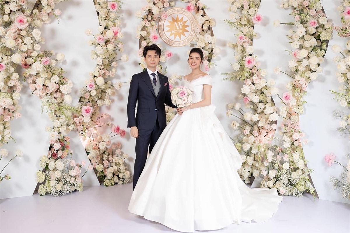 Ít tháng sau đăng quang á hậu 2 Hoa hậu Hoàn vũ Việt Nam 2019, Thúy Vân lên xe bông với doanh nhân Hoàng Nhật hôm 25/7. Lúc này, cô đang mang thai con trai đầu lòng nên cảm thấy niềm vui như nhân đôi trong ngày trọng đại.