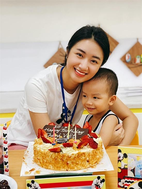 Thu Ngân rút lui khỏi showbiz, tập trung chăm sóc tổ ấm. Cô đã sinh con trai tên Thành Việt, hơn ba tuổi.