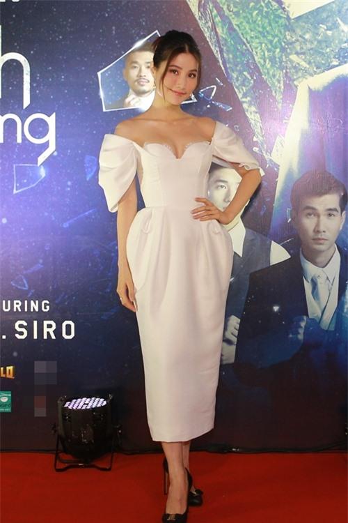 Diễm My 9x mặc gợi cảm đến chúc mừng MV của ca sĩ Quang Vinh. Đã lâu mới tham gia một MV ca nhạc, cô nói đùa rằng mình đóng vai phản diện - người con gái phản bội tình yêu của Quang Vinh.