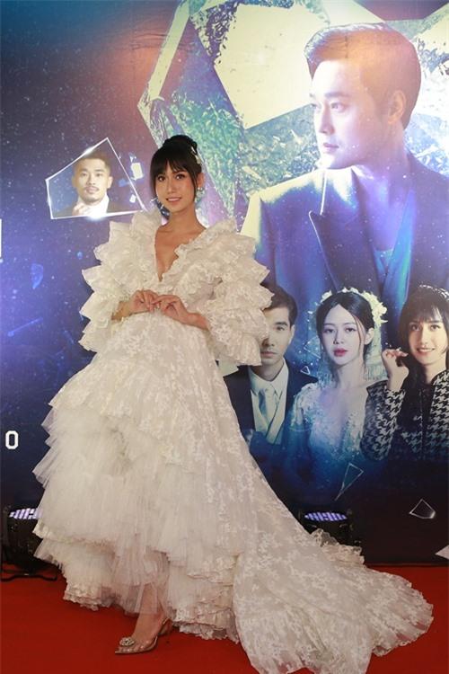Ca sĩ Lynk Lee diện đầm công chúa tới dự ra mắt MV của đàn anh. Cô góp mặt với một vai diễn nhiều tâm sự.