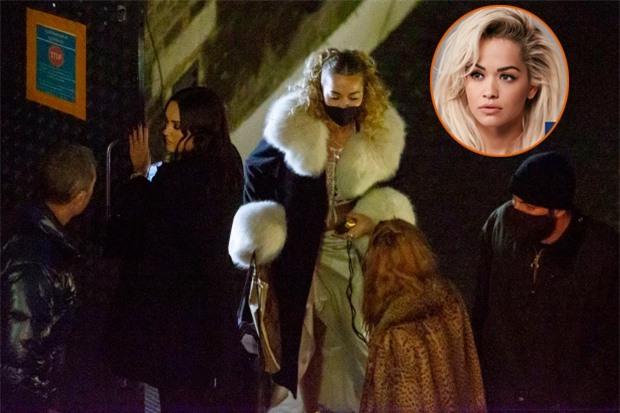 Rita Ora mời một nhóm bạn bè đến dự tiệc trong khi chính phủ Anh đang áp dụng lệnh hạn chế nghiêm ngặt, yêu cầu mỗi người không được gặp gỡ nhiều hơn một thành viên trong gia đình.