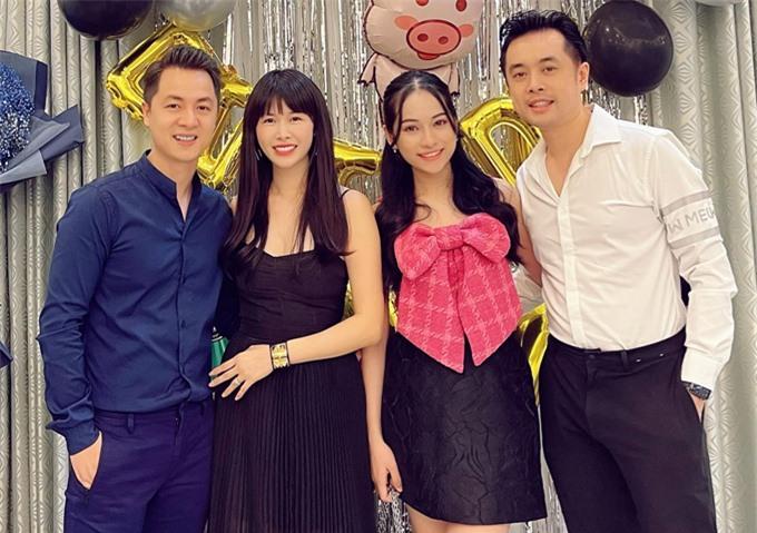 Dương Khắc Linh và bà xã Sara Lưu trốn cặp sinh đôi đến chung vui với Đăng Khôi. Nhạc sĩ chúc đàn em ngày càng đại gia hơn.