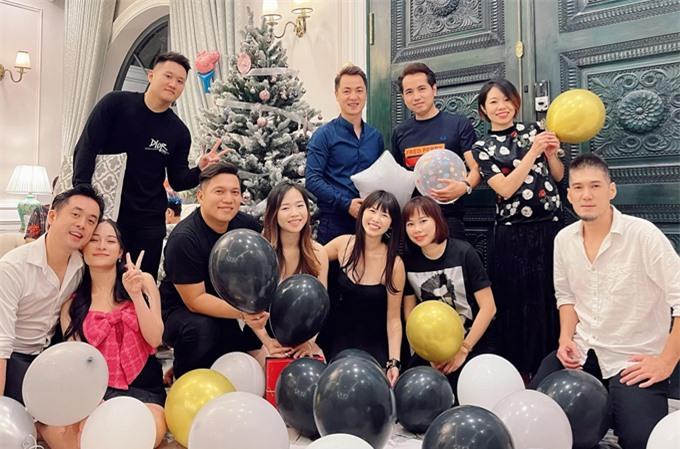 Ngoài vợ chồng Dương Khắc Linh, một cộng sự, bạn bè thân thiết cũng được mời dự tiệc tại biệt thự của vợ chồng Đăng Khôi.