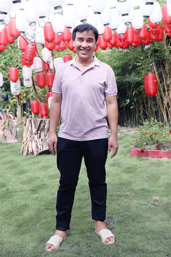 Quyền Linh ăn mặc đơn giản, mang dép tổ ong thăm quán cà phê kiêm phim trường Tây Thiên Cổ Quán tại Tràng Bàng, Tây Ninh. Đây là cơ ngơi do em trai anh - đạo diễn Quyền Lộc - đầu tư xây dựng.