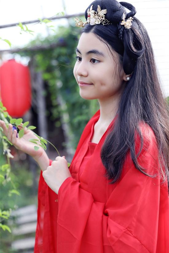 Đây là lần đầu con gái Quyền Linh có dịp mặc trang phục cổ trang dạo chơi, chụp ảnh trong không gian thơ mộng như ở xứ thần tiên.