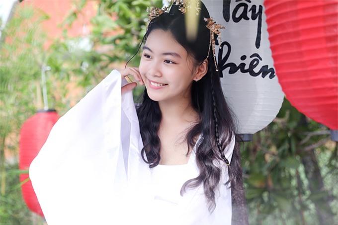 Bé Lọ Lem 14 tuổi càng lớn càng xinh đẹp.